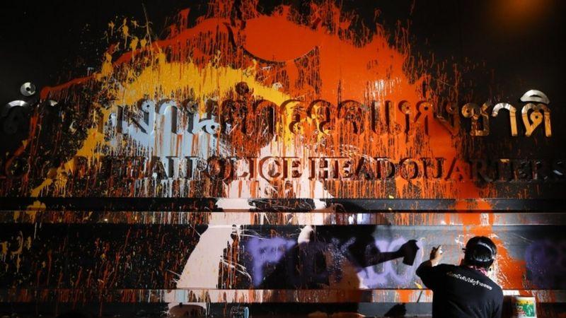 حمله معترضان تایلند با رنگ به مقر پلیس