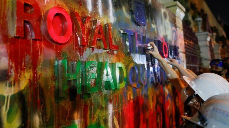 معرتضان تایلند با رنگ به مقر پلیس
