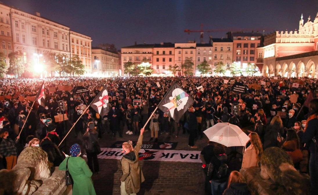 اعتراض زنان لهستانی به قانون جدید سقط جنین