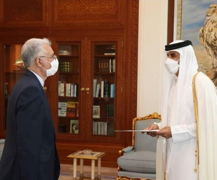 تقدیم استوارنامه سفیر جدید ایران به  امیر قطر (+عکس)