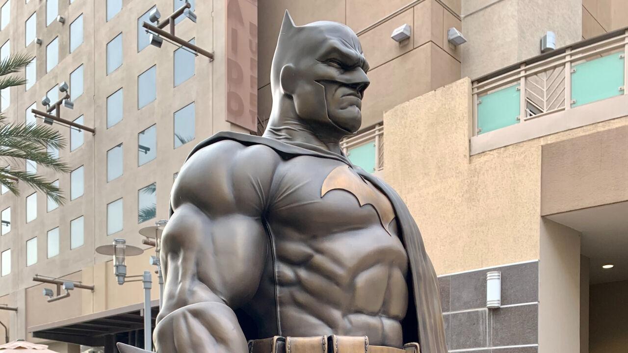 نصب مجسمه بتمن در لسآنجلس (+عکس)