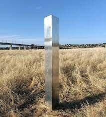 ستونهای فلزی اسرارآمیز؛ یک شوخی هنری با چاشنی فرازمینی