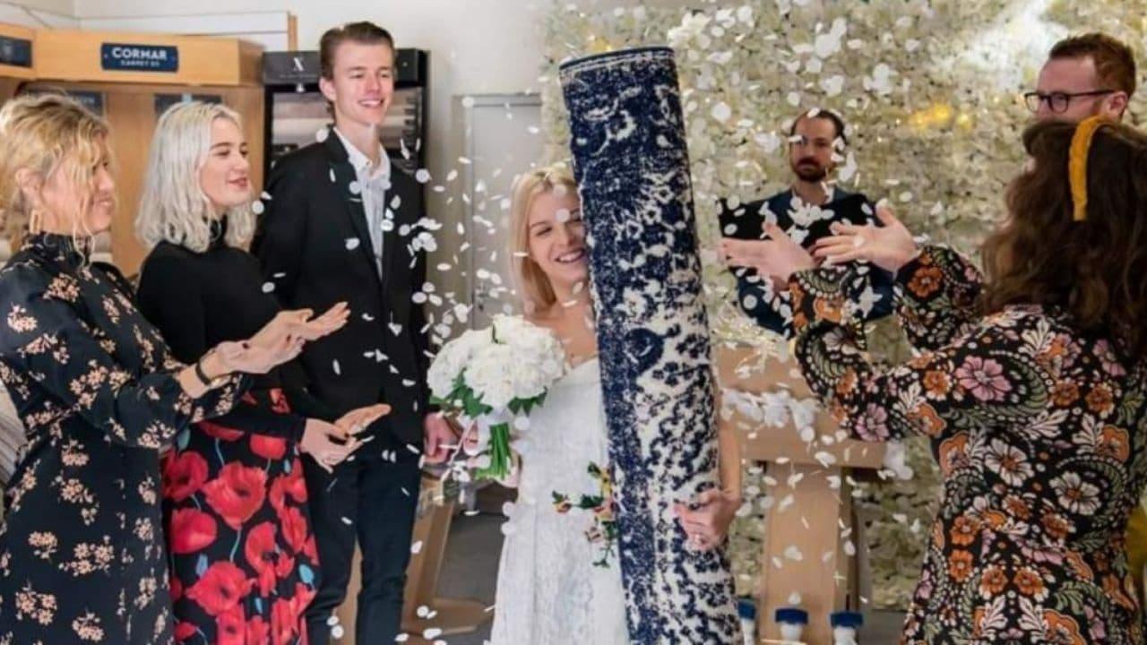 زنی با فرش خانه خود ازدواج کرد