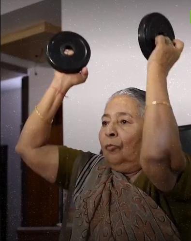 مادربزرگ هندی وزنهبردار