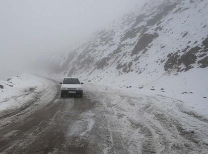 بارش برف و باران در جادههای ۲۱ استان