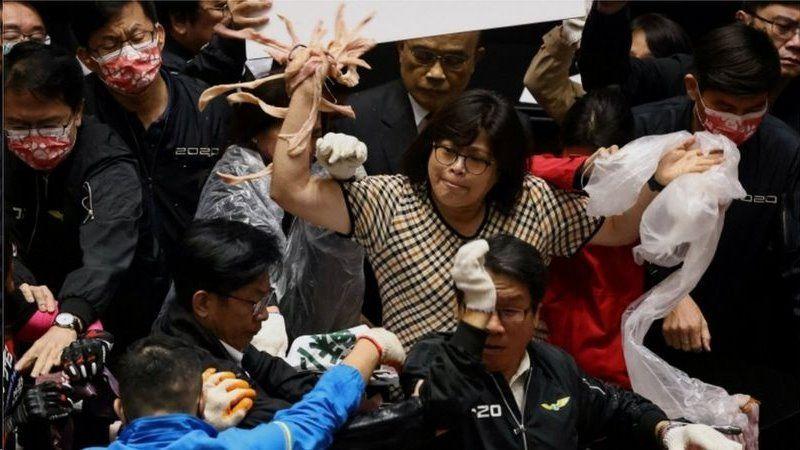 پرت کردن دل و روده خوک در مجلس تایوان در اعتراض به واردات گوشت آمریکایی