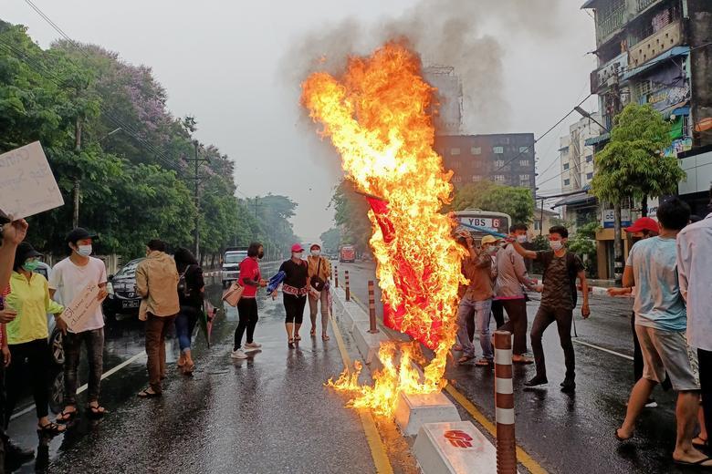 سوزاندن پرچم چین میانمار