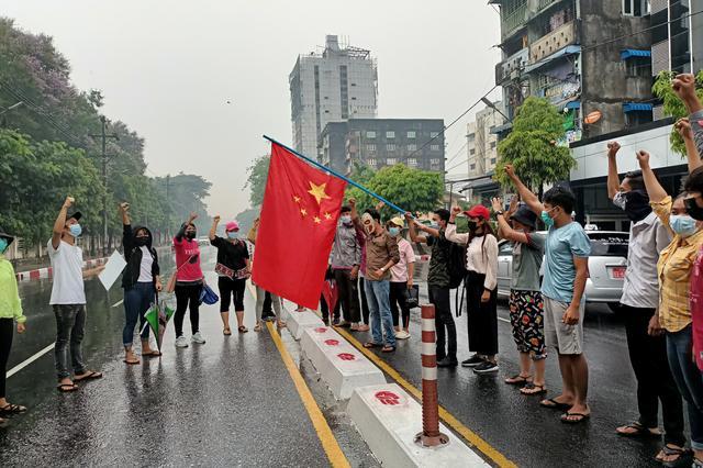 سوزاندن پرچم چین در خیابانهای میانمار