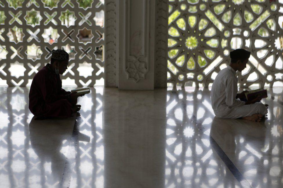 دو نوجوان در حال خواندن قرآن در ماه رمضان اندونزی
