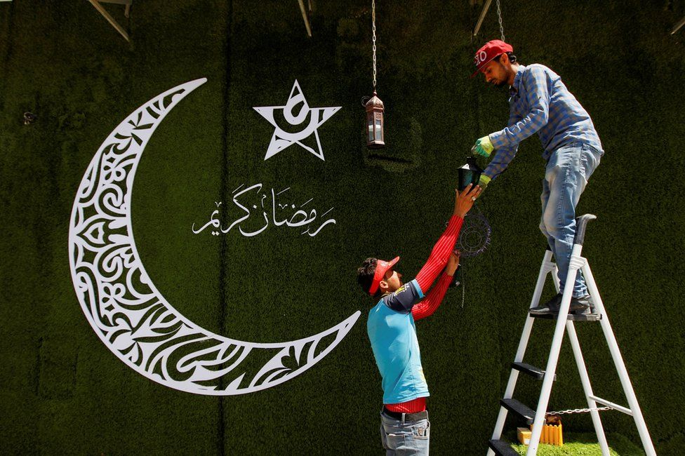 نصب فانوس برای ماه رمضان در نجف