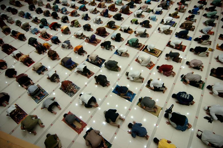 نماز روز اول رمضان با فاصله اجتماعی در اندونزی