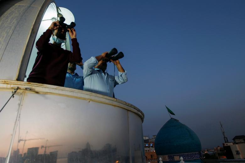 مسلمانان عراق به دنبال رویت هلال ماه رمضان