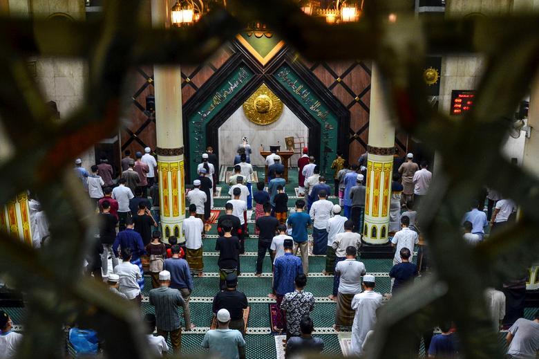 تمرین  فاصله اجتماعی در نماز اول رمضان جاوه