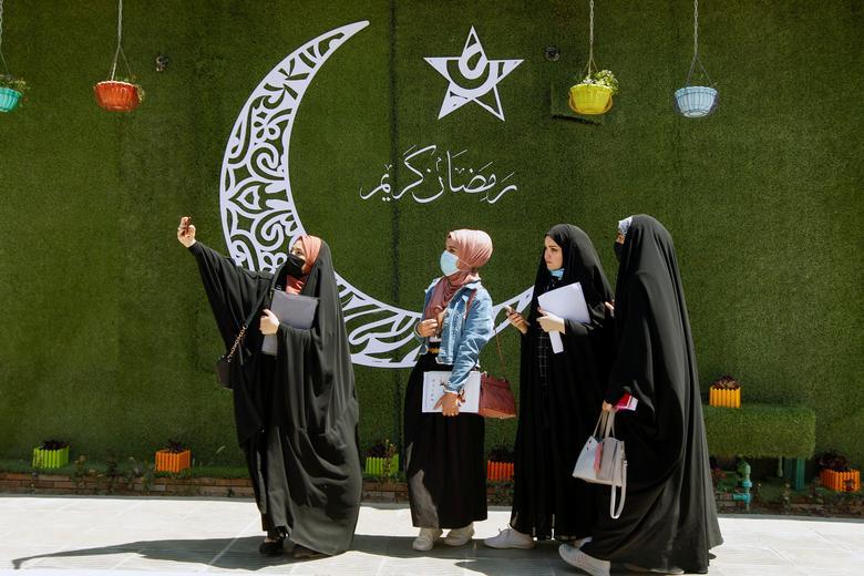 سلفی زنان در کنار نقش هلال رمضان
