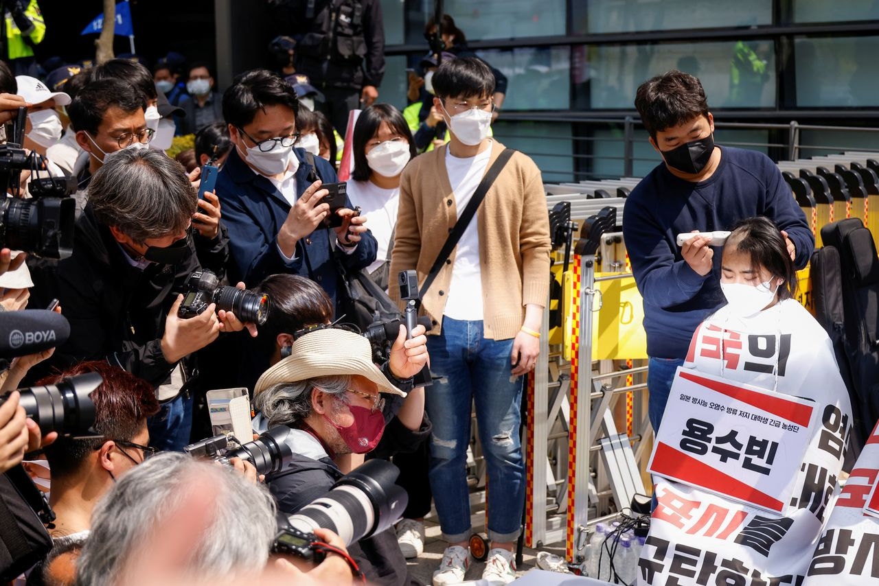 تظاهرات دانشجویان کره جنوبی علیه ژاپن/ با تراشیدن موی سر (+عکس)