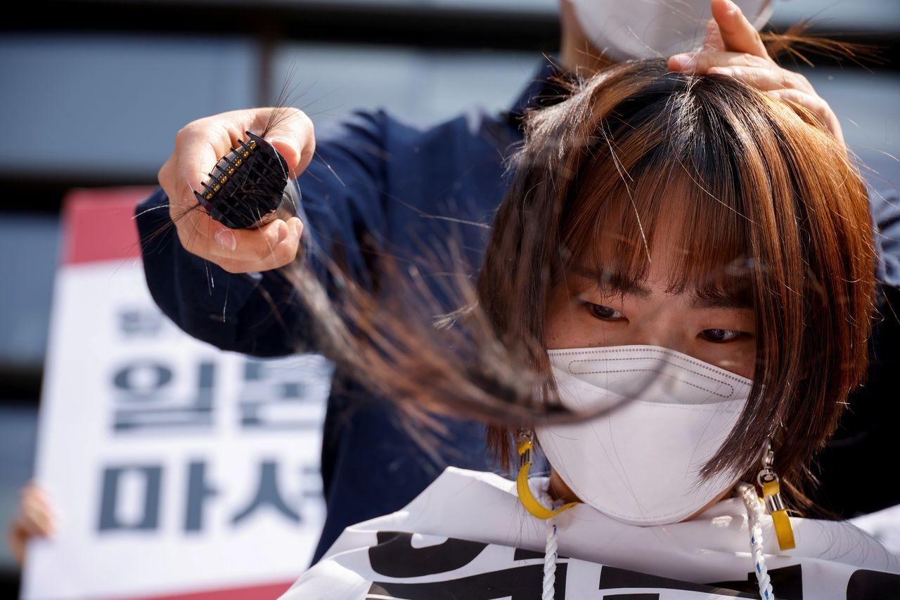 تراشیدن موی سر در اعتراض به تخلیه آب نیروگاه هستهای ژاپن دریا