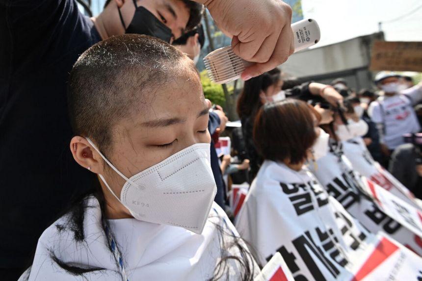 تراشیدن موی سر در اعتراض به تخلیه آب الوده در دریا