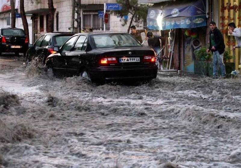 بارش شدید باران و تگرگ در تبریز / سیل خودروهای برخی محلات شرق تبریز را زیر آب برد (+ فیلم)