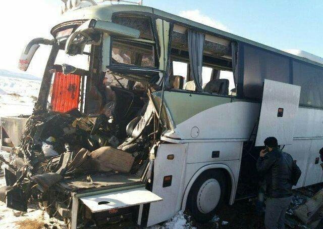 تصادف اتوبوس با تریلر در قم/ راننده فوت کرد/ 8 نفر زخمی شدند