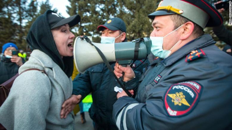 رویارویی یک زن و پلیس در تظاهرات روسیه
