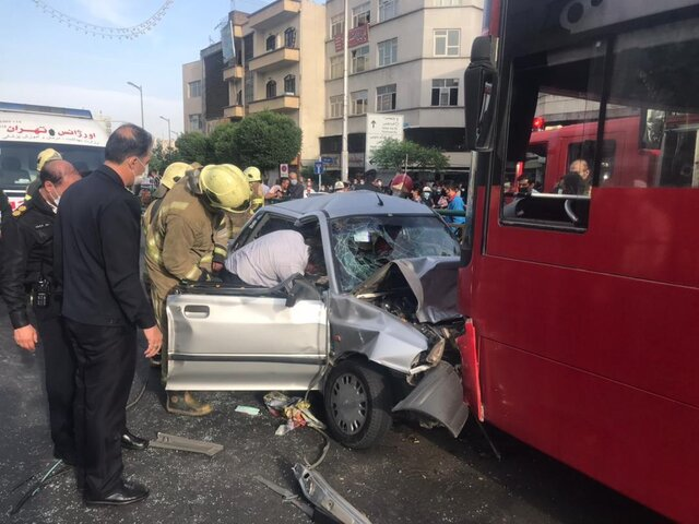 تصادف شدید خودروی پراید با اتوبوس در تهران (+عکس)/ حال 3 نفر وخیم است