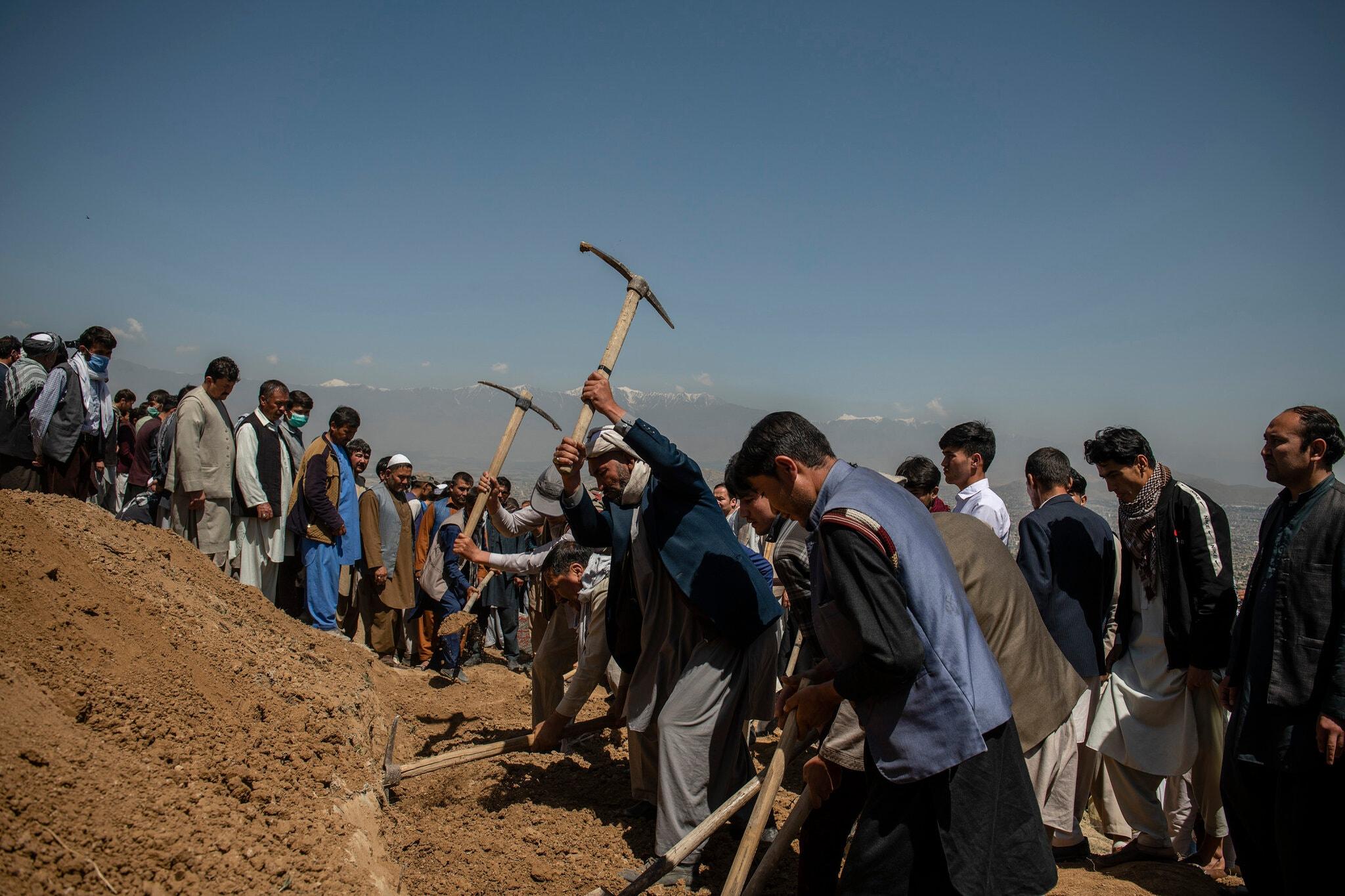 به خاکسپاری دختران افغان