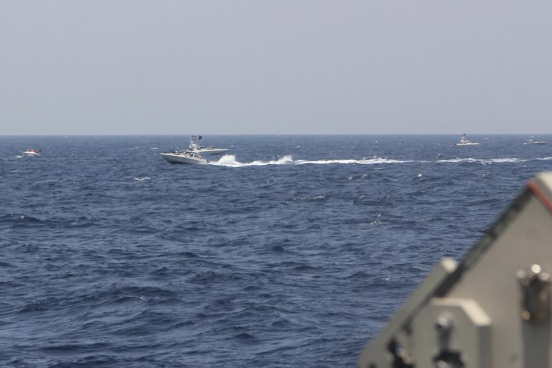 شلیک اخطار ناو آمریکا به سمت قایق های تندرو سپاه در خلیج فارس