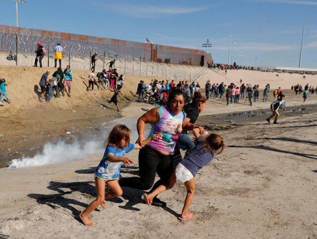 عکسی تکان دهنده از فرار مادر مهاجر همراه با ۵ فرزندش