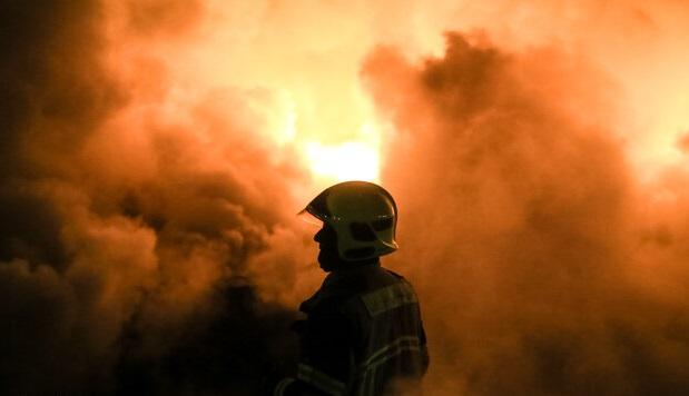 آتش سوزی گسترده در روستایی در اهواز/ آتش نشانان در محاصره آتش