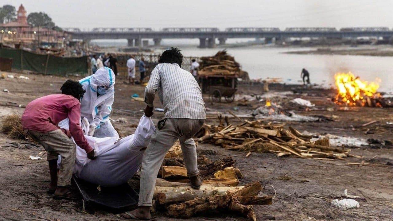 کشف جسد دهها قربانی کرونا در رود گنگ هند