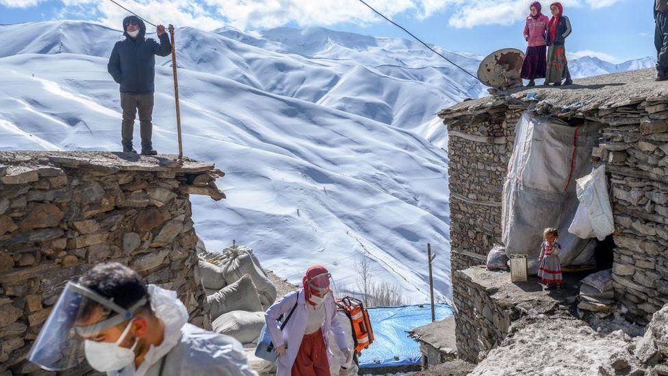 کادر درمان در حال عبور از قسمتهای سخت ترکیه برای واکسیناسیون سالخوردگان روستایی