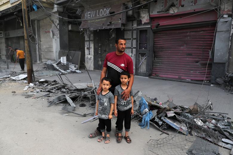 مردم در میان غز ویران شده