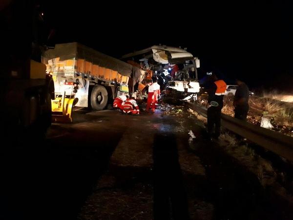 اردبیل/ یک کشته و ۲۹ مصدوم در تصادف اتوبوس و کامیون