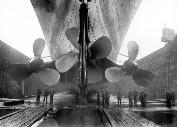 کشتی تایتانیک و مقایسه اندازه پروانه آن با کارگران بندر(عکس)