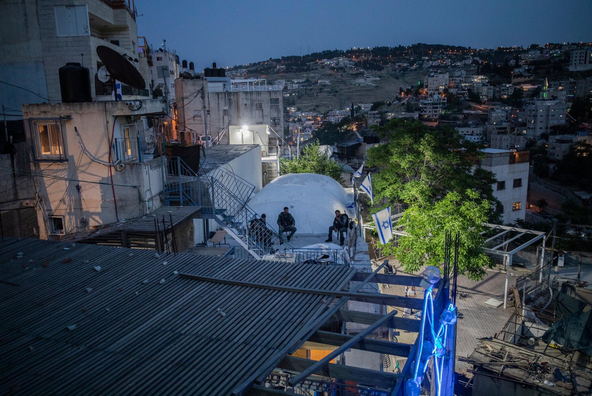 پلیس اسرائیل در بالکن خانه فلسطینیان