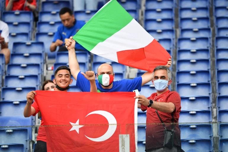 طرفداران ترکیه و ایتالیا قبل از شروع بازی روی سکوی استادیوم