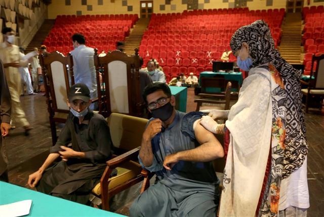 مجازات نزدن واکسن کرونا در پاکستان: قطع تلفن و حقوق ماهانه