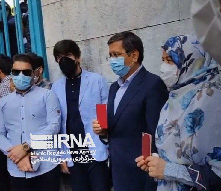همتی به همراه همسرش در پای صندوق رای/ عکس
