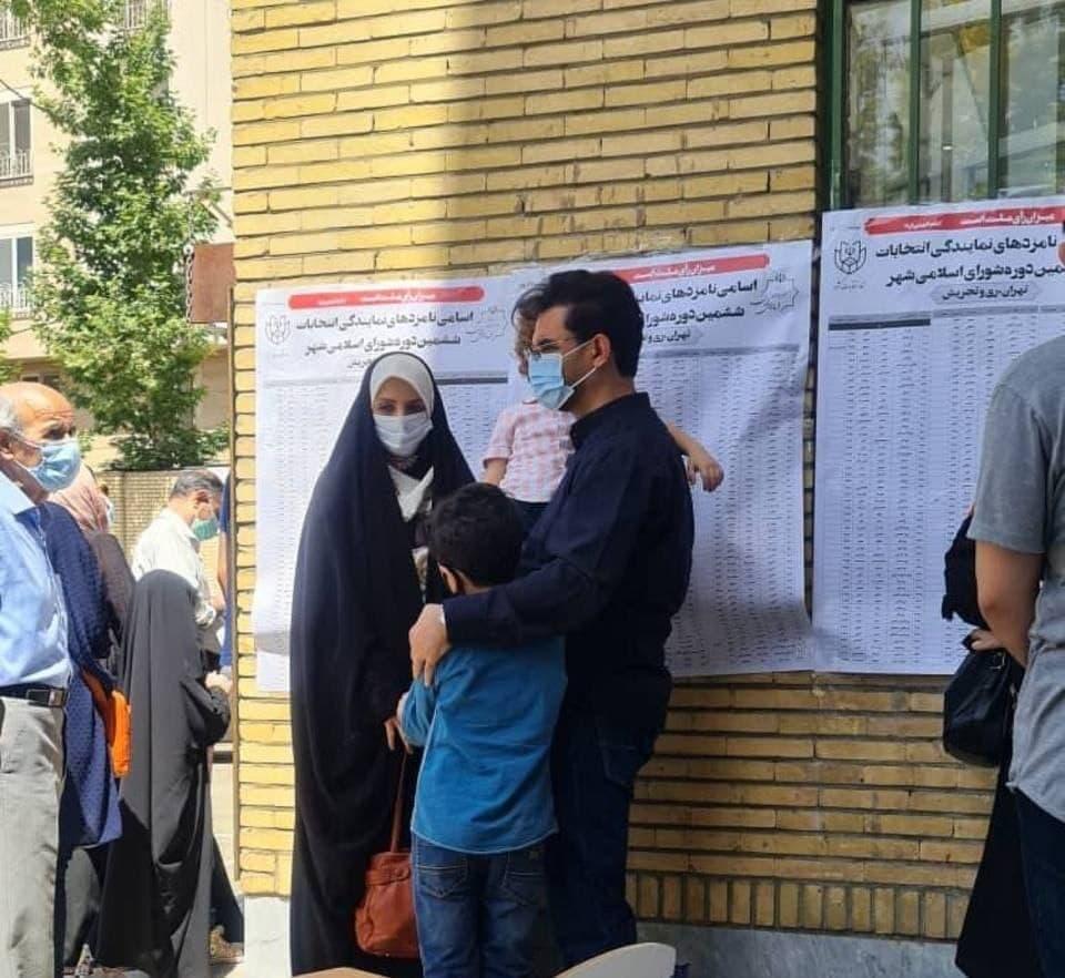 آذری جهرمی با خانواده در صف رای دادن/ عکس