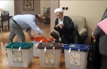 حجتالاسلام کروبی آرای خود را به صندوق انداخت