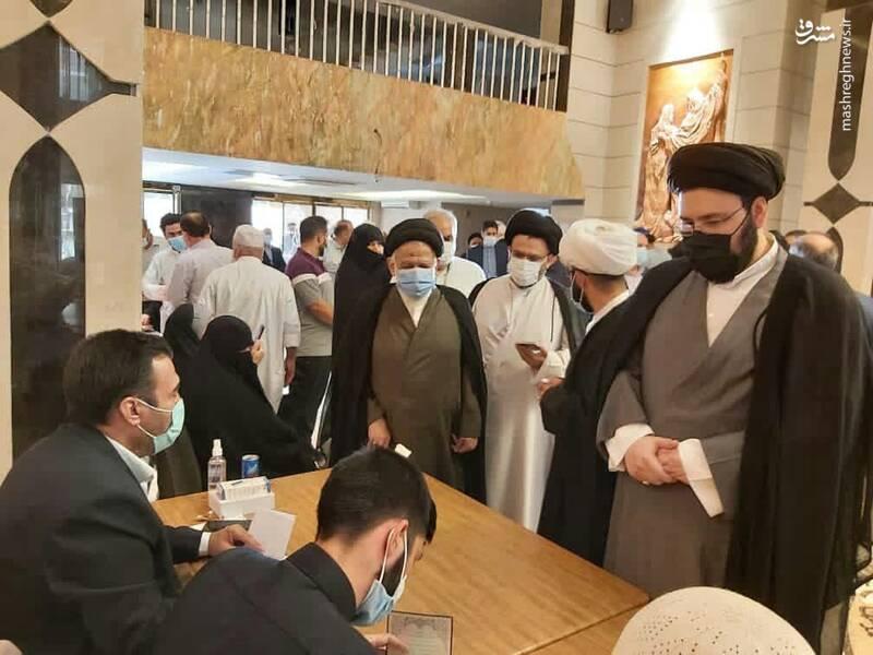 نوه امام در نجف رای داد (عکس)