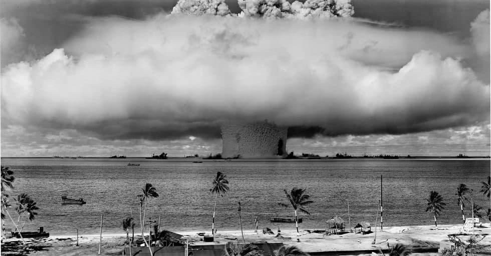 وقتی نیروی دریایی آمریکا ناوگان خود را با بمب هستهای نابود میکند! (فیلم)