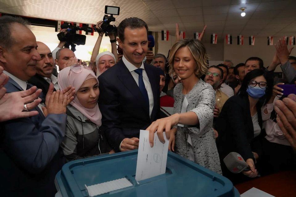 اسما همسر بشار اسد در حین رای دادن
