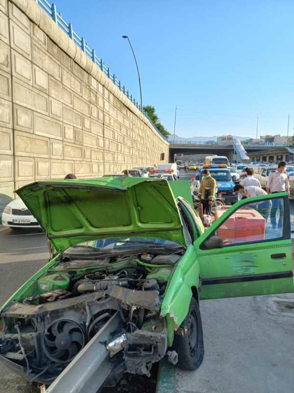تصادف شدید پژو با گاردریل در تهران (+تصاویر)