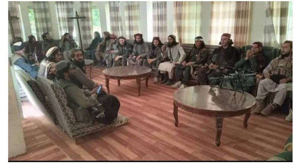 عکس یادگاری طالبان در دفتر احمدشاه مسعود (+عکس)