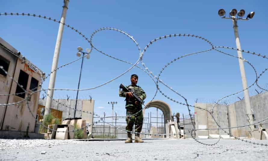 در افغانستان چه میگذرد؟ از هجوم مردم به سفارتخانهها تا بازی پوکر مقامات افغان
