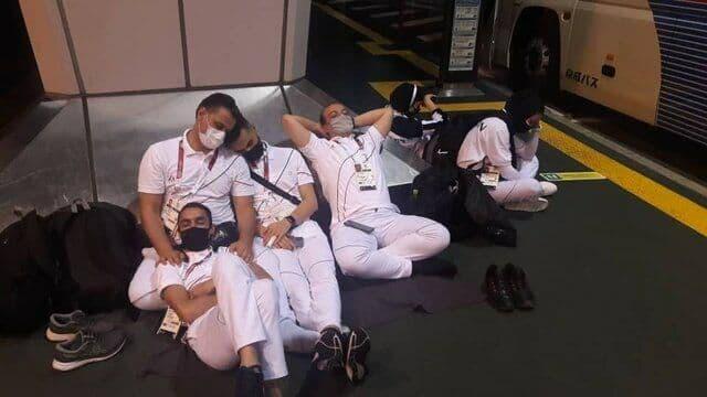 خوابیدن کاروان خسته المپیک ایران روی زمین فرودگاه توکیو (عکس)