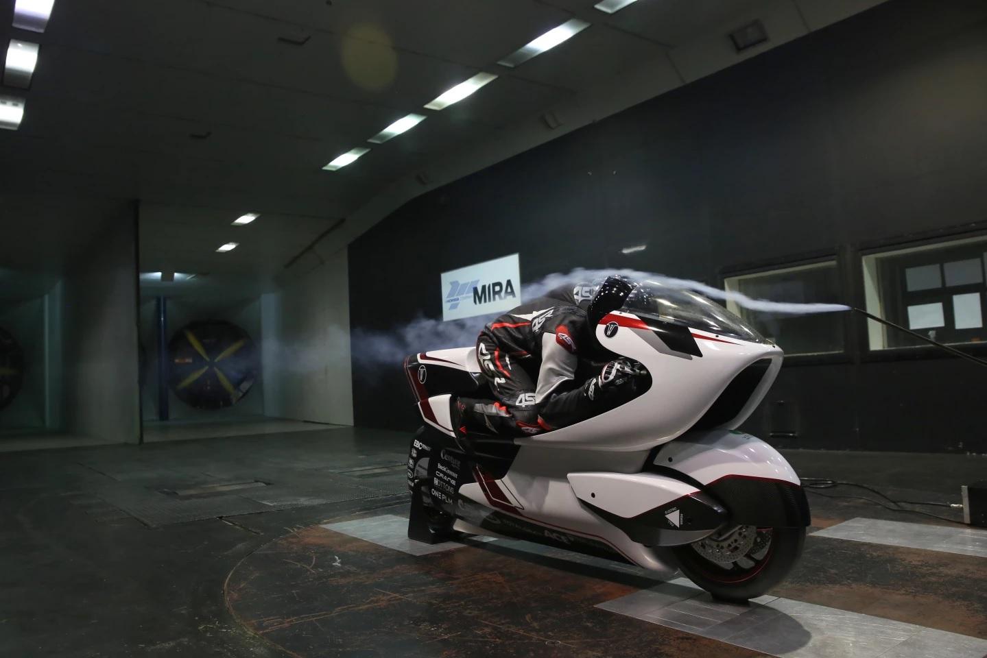 موتورسیکلت الکتریکی که ثبت رکورد سرعت 402 کیلومتر در ساعت را هدف قرار داده است (+فیلم و عکس)