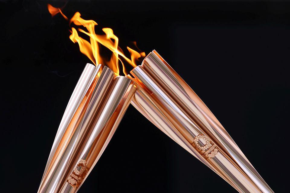مراسم دست به دست شدن مشعل های المپیک