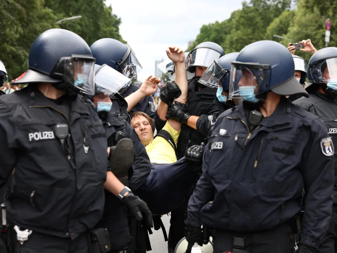 آلمان: سرپیچی معترضان از ممنوعیت برگزاری تظاهرات/ درگیری با پلیس